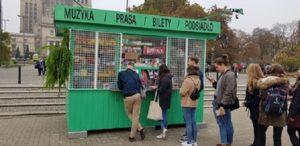 Dawid Podsiadlo sprzedaje płytę w kiosku
