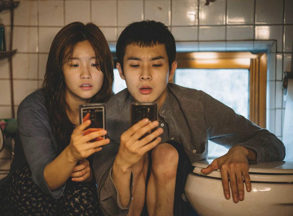 Parasite recenzja - Gi-woo (Kevin) i jego siostra (Jessica) poszukuje zasięgu w piwnicy. Opierają się o kibel